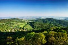 Ceske Stredohori region turystyczny z wzgórzem Kamyk, Litomerice miastem na horizont i Kundratice wioską w przedpolu w wiosny eve Obraz Royalty Free