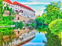 Cesky在河旁边的krumlov城堡 图库摄影