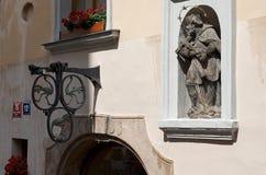cesky捷克krumlov中世纪老共和国城镇视图 在一个房子的门面的雕塑在布拉格 2016年6月13日 库存图片