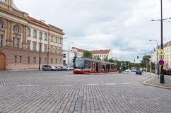 cesky捷克krumlov中世纪老共和国城镇视图 在一条街道上的电车在布拉格 2016年6月13日 库存照片