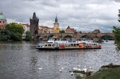 cesky捷克krumlov中世纪老共和国城镇视图 在伏尔塔瓦河河的小船查理大桥的背景的在布拉格 2016年6月17日 库存图片