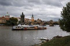 cesky捷克krumlov中世纪老共和国城镇视图 在伏尔塔瓦河河的小船查理大桥的背景的在布拉格 2016年6月17日 库存照片
