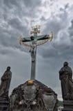 cesky捷克krumlov中世纪老共和国城镇视图 在查理大桥的纪念碑在布拉格 2016年6月13日 免版税库存图片