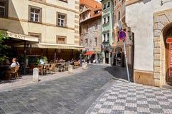 cesky捷克krumlov中世纪老共和国城镇视图 在街道上的咖啡馆在布拉格 2016年6月13日 免版税库存图片
