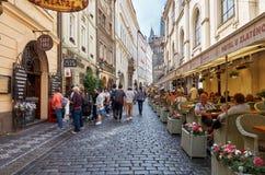 cesky捷克krumlov中世纪老共和国城镇视图 在街道上的咖啡馆在布拉格 2016年6月13日 库存图片