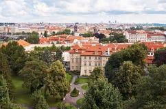 cesky捷克krumlov中世纪老共和国城镇视图 布拉格房子铺磁砖的屋顶  2016年6月13日 库存图片