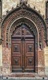 cesky捷克krumlov中世纪老共和国城镇视图 布拉格 一个壮观的晚哥特式门担当大门到老城镇厅 免版税库存图片