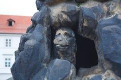 cesky捷克krumlov中世纪老共和国城镇视图 布拉格 圣维塔斯雕塑的元素  狗面孔 免版税库存图片