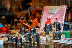 cesky捷克krumlov中世纪老共和国城镇视图 戏弄痣在布拉格商店的窗口里 2016年6月18日 库存照片