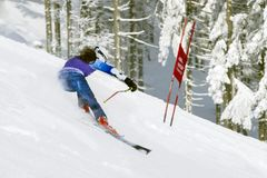 cesky捷克krumlov中世纪老共和国城镇视图 1月, 26日 2013年 在下坡期间的年轻活跃女孩滑雪者 免版税库存图片