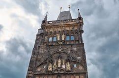 cesky捷克krumlov中世纪老共和国城镇视图 查理大桥塔在布拉格 2016年6月13日 免版税库存图片