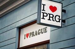 cesky捷克krumlov中世纪老共和国城镇视图 标签`我爱布拉格`在布拉格街道 2016年6月18日 库存图片