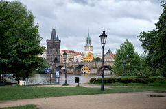 cesky捷克krumlov中世纪老共和国城镇视图 河伏尔塔瓦河和查理大桥在布拉格 2016年6月17日 免版税库存照片