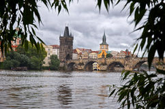 cesky捷克krumlov中世纪老共和国城镇视图 河伏尔塔瓦河和查理大桥在布拉格 2016年6月17日 库存照片