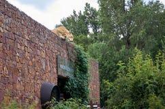 cesky捷克krumlov中世纪老共和国城镇视图 看对房子屋顶的高度的老虎的图在布拉格动物园里 2016年6月12日 库存图片
