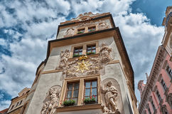 cesky捷克krumlov中世纪老共和国城镇视图 蓝天背景的房子在布拉格 2016年6月13日 免版税库存图片