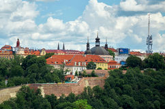 cesky捷克krumlov中世纪老共和国城镇视图 从维谢格拉德的看法布拉格议院的 2016年6月18日 免版税库存照片