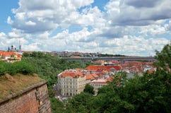 cesky捷克krumlov中世纪老共和国城镇视图 从维谢格拉德的看法布拉格议院的 2016年6月18日 免版税库存图片