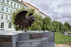 cesky捷克krumlov中世纪老共和国城镇视图 飞过的狮子纪念碑在布拉格 2016年6月17日 免版税库存图片