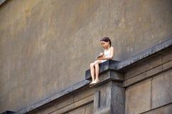 cesky捷克krumlov中世纪老共和国城镇视图 Klementium 女孩的雕塑坐墙壁 2016年6月15日 免版税图库摄影