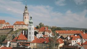 cesky τσεχική δημοκρατία krumlov Castle, πύργος και εικονική παράσταση πόλης στην ηλιόλουστη ημέρα φθινοπώρου Περιοχή παγκόσμιων  απόθεμα βίντεο