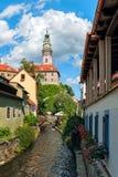 cesky Krumlov美丽的景色与伏尔塔瓦河河的在一个晴天 免版税库存图片