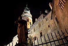 Cesky Krumlov - άποψη νύχτας πύργων κάστρων Στοκ Εικόνες