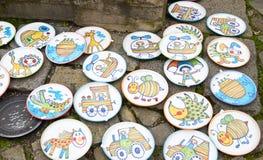 Cesky Krumlov, ΔΗΜΟΚΡΑΤΊΑ ΤΗΣ ΤΣΕΧΊΑΣ - 26 Σεπτεμβρίου 2014: Πιάτα αναμνηστικών στη Βοημίας έκθεση Στοκ Εικόνες