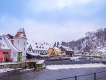 CESKY KRUMLOV, ΔΗΜΟΚΡΑΤΊΑ ΤΗΣ ΤΣΕΧΊΑΣ - 18 ΦΕΒΡΟΥΑΡΊΟΥ 2018: Παλαιός ποταμός αγαλμάτων πόλεων και κάστρων στο κάστρο Cesky Krumlo Στοκ Φωτογραφίες