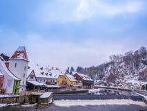 CESKY KRUMLOV, ΔΗΜΟΚΡΑΤΊΑ ΤΗΣ ΤΣΕΧΊΑΣ - 18 ΦΕΒΡΟΥΑΡΊΟΥ 2018: Παλαιός ποταμός αγαλμάτων πόλεων και κάστρων στο κάστρο Cesky Krumlo Στοκ εικόνες με δικαίωμα ελεύθερης χρήσης