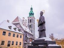 CESKY KRUMLOV, ΔΗΜΟΚΡΑΤΊΑ ΤΗΣ ΤΣΕΧΊΑΣ - 18 ΦΕΒΡΟΥΑΡΊΟΥ 2018: Παλαιός ποταμός αγαλμάτων πόλεων και κάστρων στο κάστρο Cesky Krumlo Στοκ Φωτογραφία