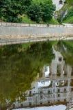CESKY KRUMLOV, РЕСПУБЛИКА BOHEMIA/CZECH - 17-ОЕ СЕНТЯБРЯ: Reflectio стоковое изображение