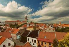 CESKY KRUMLOV, BÖHMEN, TSCHECHISCHES REPUBLIK - Ansicht der alten Stadt, Schloss und Schloss ragen bei Sonnenuntergang hoch stockfoto