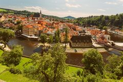 CESKY KRUMLOV, BÖHMEN, TSCHECHISCHES REPUBLIK - Ansicht der alten Stadt, Schloss und Schloss ragen bei Sonnenuntergang hoch lizenzfreies stockbild