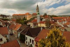 CESKY KRUMLOV, BÖHMEN, TSCHECHISCHES REPUBLIK - Ansicht der alten Stadt, Schloss und Schloss ragen bei Sonnenuntergang hoch lizenzfreie stockfotos