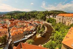 CESKY KRUMLOV, BÖHMEN, TSCHECHISCHES REPUBLIK - Ansicht in der alten Stadt und dem Moldau-Fluss lizenzfreie stockfotografie