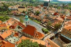 CESKY KRUMLOV, BÖHMEN, TSCHECHISCHES REPUBLIK - Ansicht in der alten Stadt und dem Moldau-Fluss stockbild