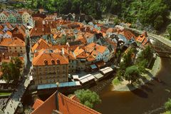 CESKY KRUMLOV, BÖHMEN, TSCHECHISCHES REPUBLIK - Ansicht in der alten Stadt und dem Moldau-Fluss lizenzfreie stockbilder