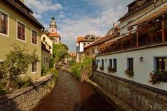 CESKY KRUMLOV, BÖHMEN, TSCHECHISCHES REPUBLIK - Ansicht in der alten Stadt und dem Moldau-Fluss lizenzfreies stockbild