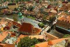 CESKY KRUMLOV, BÖHMEN, TSCHECHISCHES REPUBLIK - Ansicht in der alten Stadt und dem Moldau-Fluss lizenzfreies stockfoto