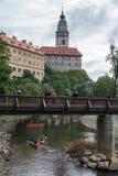 CESKY KRUMLOV, BOHEMIA-/CZECHREPUBLIK - SEPTEMBER 17: Folk Ca Arkivbild
