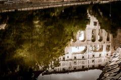 CESKY KRUMLOV, BOHEMIA-/CZECHREPUBLIK - SEPTEMBER 17: Reflectio Royaltyfri Bild