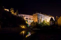 Cesky Krumlov - grodowy bridżowy noc widok obraz royalty free