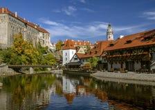 Cesky Krumlov, mening op Vltava-rivier en kasteel dacht in water in de zonnige dag na Tsjechische Republiek Historische stad Unes Royalty-vrije Stock Foto's