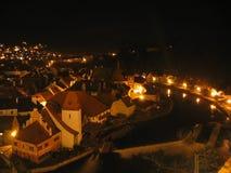Cesky Krumlov nachts stockbild
