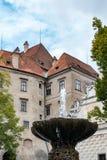 CESKY KRUMLOV, RÉPUBLIQUE DE BOHEMIA/CZECH - 17 SEPTEMBRE : Fontaine images libres de droits