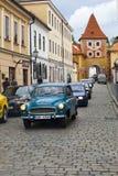 CESKY KRUMLOV, RÉPUBLIQUE TCHÈQUE - 20 SEPTEMBRE 2014 : Série de vieilles rétros voitures sur des rues de ville Photographie stock