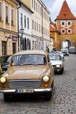 CESKY KRUMLOV, RÉPUBLIQUE TCHÈQUE - 20 SEPTEMBRE 2014 : Série de vieilles rétros voitures sur des rues de ville Image libre de droits