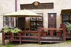 Cesky Krumlov, REPÚBLICA CHECA - 26 de septiembre de 2014: Café, barra en una farmacia vieja Fotos de archivo
