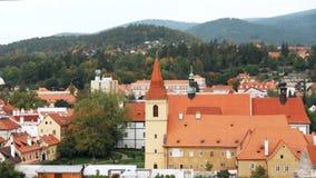Cesky Krumlov, República Checa Monasterios en paisaje urbano El complejo grande del monasterio de la orden de los caballeros almacen de video